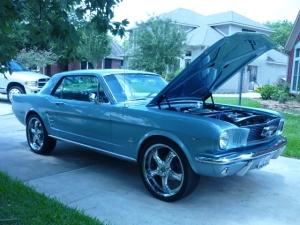 Mustang coupe 1966. 302 Hp, V8, automático. Para vocês leitores que possuem postos de gasolina.